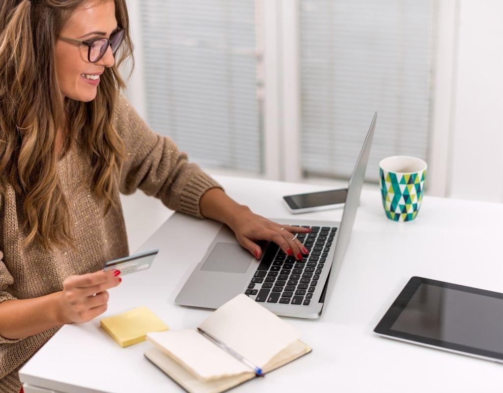女性がパソコンを見ている画像