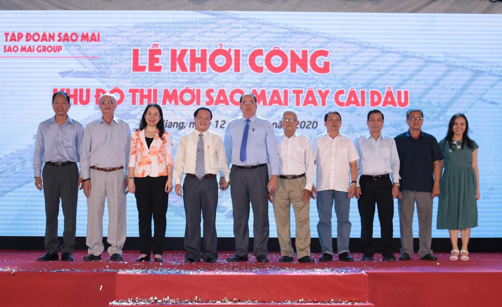 6. Các đại biểu chụp ảnh lưu niệm cùng lãnh đạo Sao Mai Group