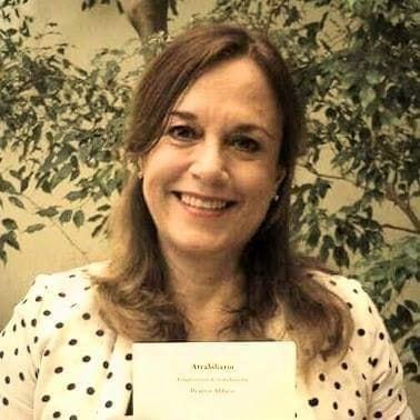 Una mujer sonriendo  Descripción generada automáticamente