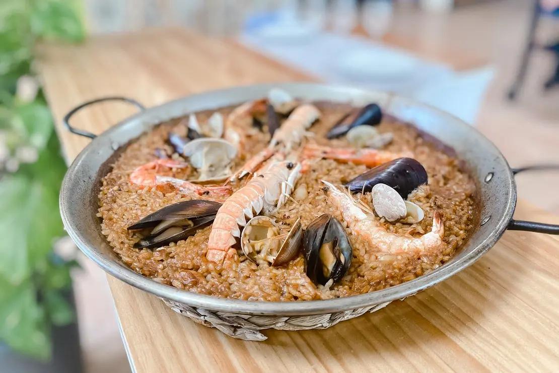 Magnífico arroz que vas a poder disfrutar en este chiringuito ¡Vaya pintón! 🤤