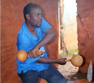 El cineasta ugandés de Wakaliwood Nabwana IGG con unos instrumentos musicales muy similares a unas maracas