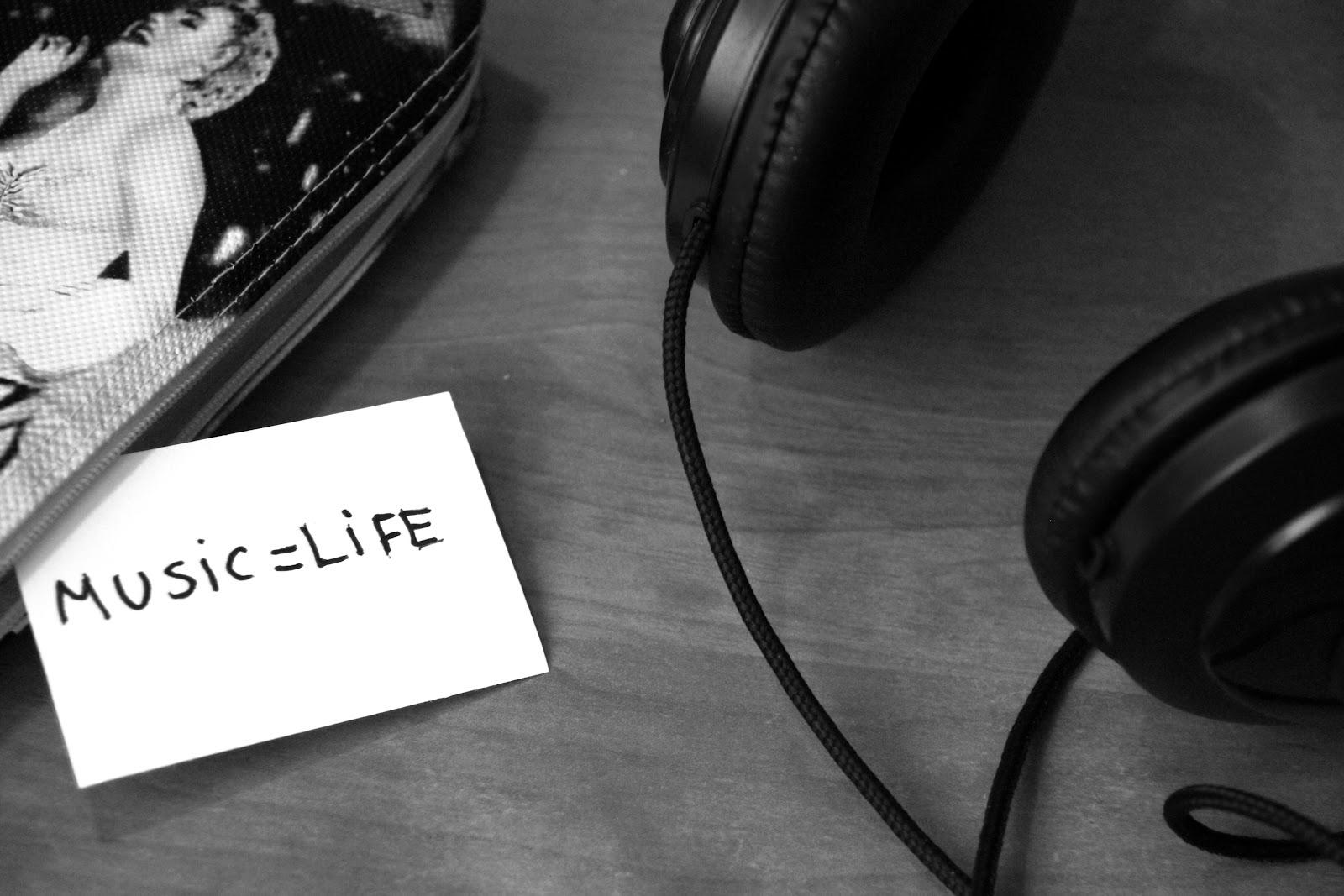 black-and-white-music-headphones-life.jpg