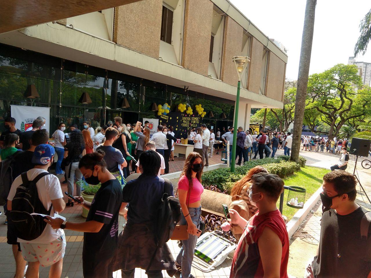 Grande fila de espera em frente ao Paço Municipal para aplicação de vacina. Foto: Ademir Kimura/Maringa.Com