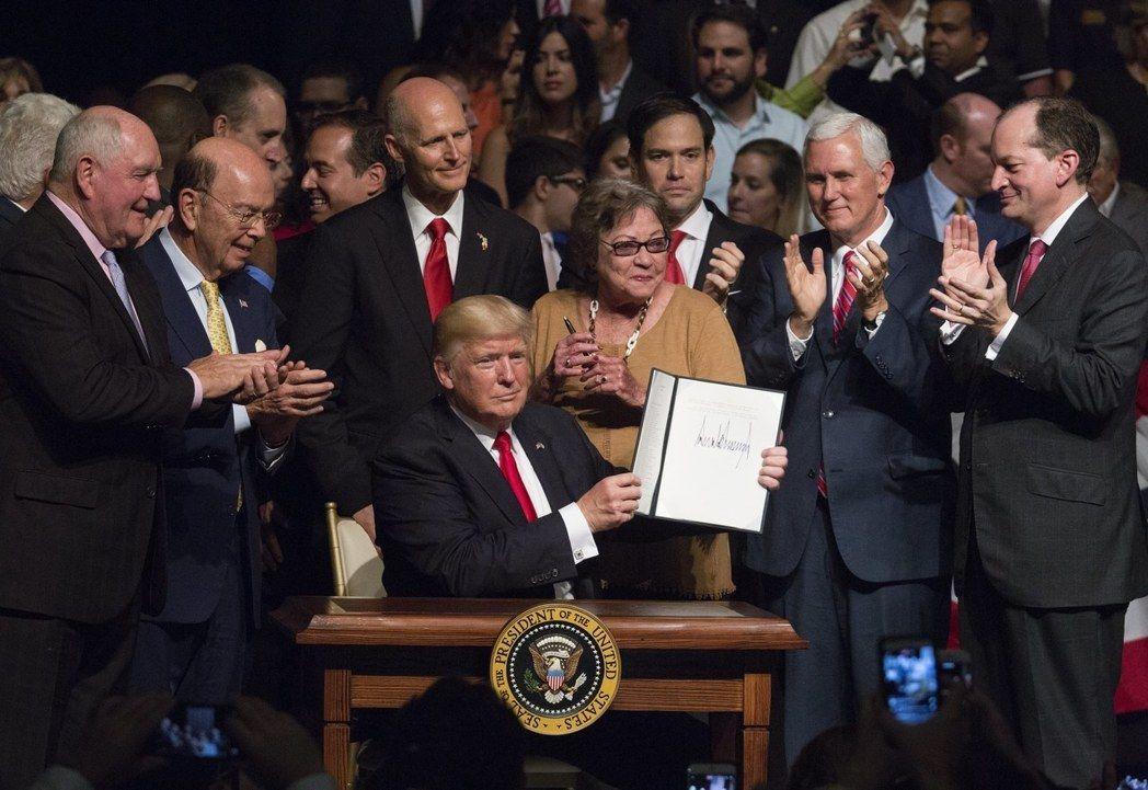 川普總統16日在邁阿密簽署行政命令,將嚴格執行對古巴禁運與旅行禁令,防止美元流入...