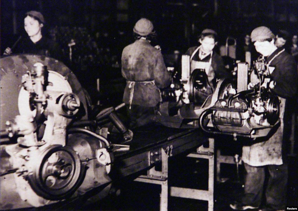 «Остарбайтери» під час роботи на головному заводі німецького автовиробника Volkswagen. Reuters
