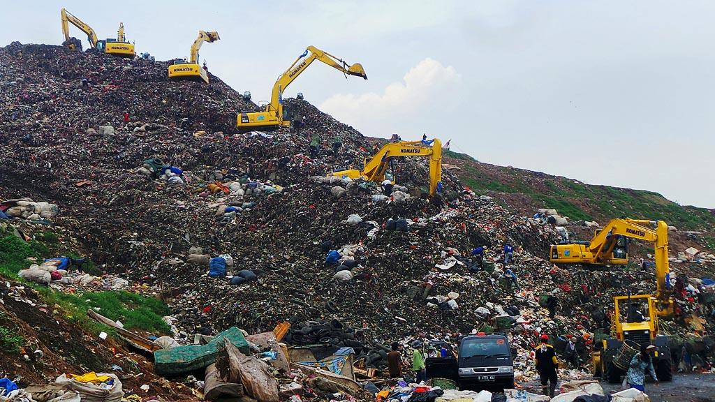 Sejumlah alat berat milik Dinas Kebersihan DKI Jakarta mengeruk sampah di zona III Tempat Pengolahan Sampah Terpadu Bantargebang, Bekasi,  Jumat (22/7). Beberapa kota di  Tanah Air hingga saat ini menghadapi persoalan menyangkut pembuangan sampah karena belum adanya model pembuangan sampah yang praktis, efisien, dan ramah lingkungan.