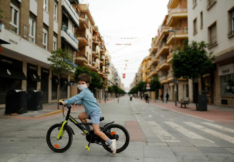 nino jugando bicicleta durante cuarentena coronavirus espana abril 26 2020 1221156194