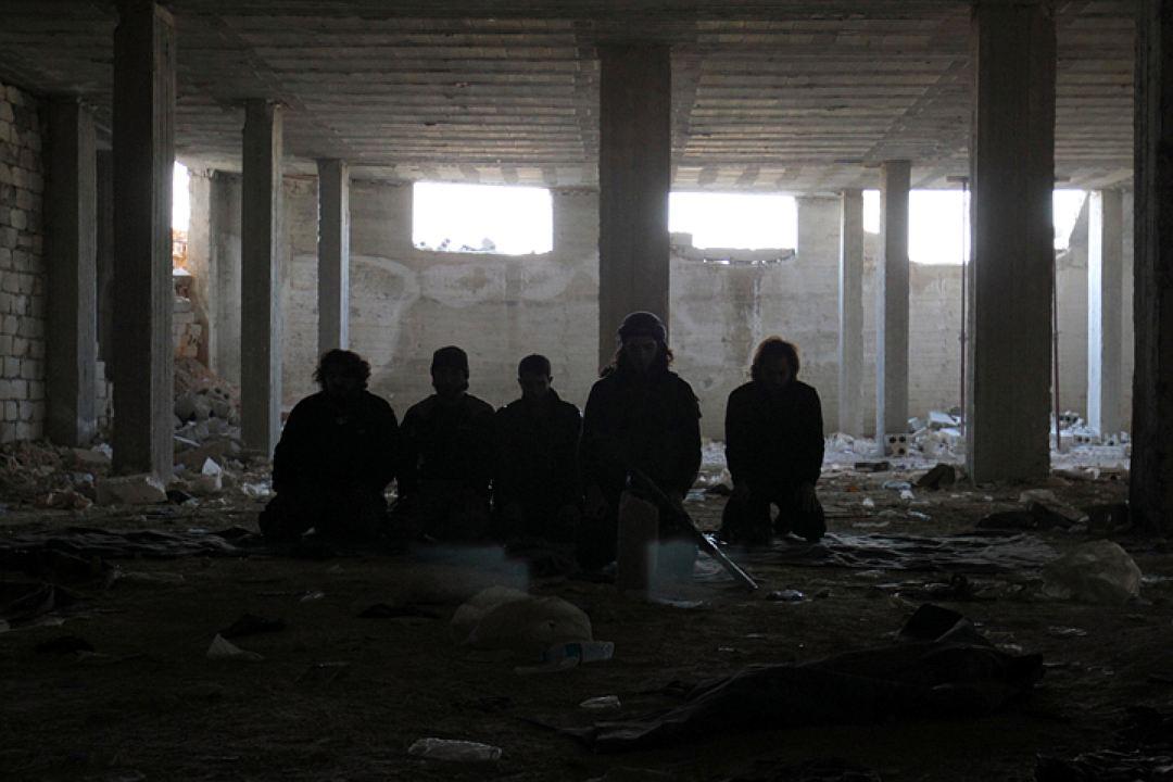 """Бойцы """"умеренной оппозиции"""" в разрушенном здании в Алеппо Фото: REUTERS"""