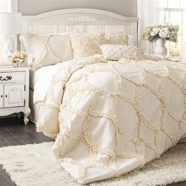 Pretty Layers of Bedding Ideas for Couples Bedroom