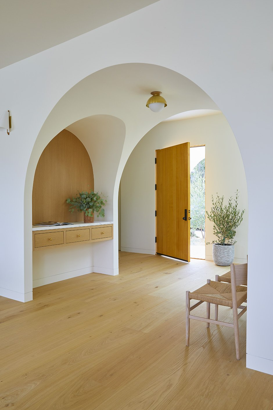 http://cdn.home-designing.com/wp-content/uploads/2021/04/wide-set-rounded-arch-doorway.png
