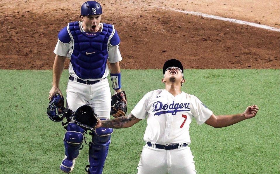 Jugador de béisbol con un guante de béisbol  Descripción generada automáticamente