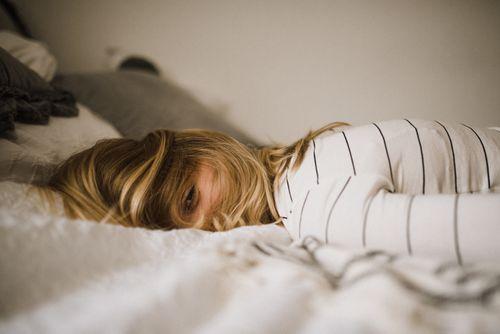 趴睡頭轉一遍易造成肩頸痠痛的示意圖