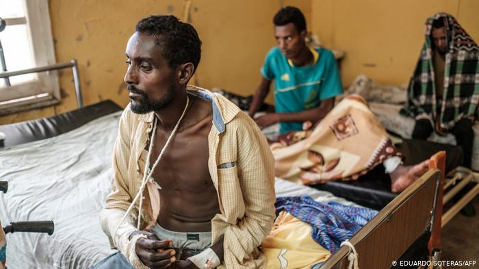 Feridos pela guerra na Etiópia, vítimas chegam ao hospital de Tigray.