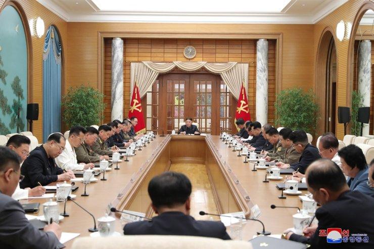 Nhà lãnh đạo Triều Tiên Kim Jong-un chủ trì cuộc họp Bộ Chính trị Đảng Lao động Triều Tiên, 'tái xuất' sau 1 tháng vắng bóng