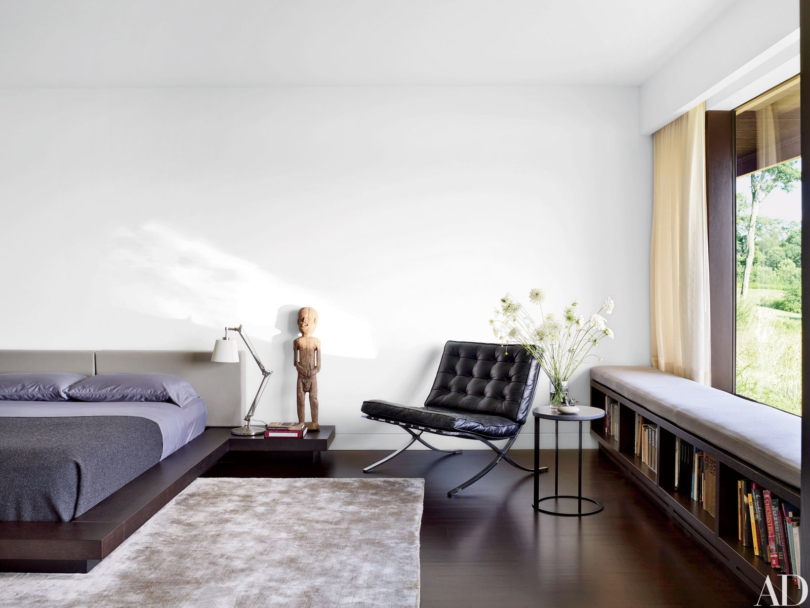 Inspirasi area duduk pada kamar tamu - source: architecturaldigest.com
