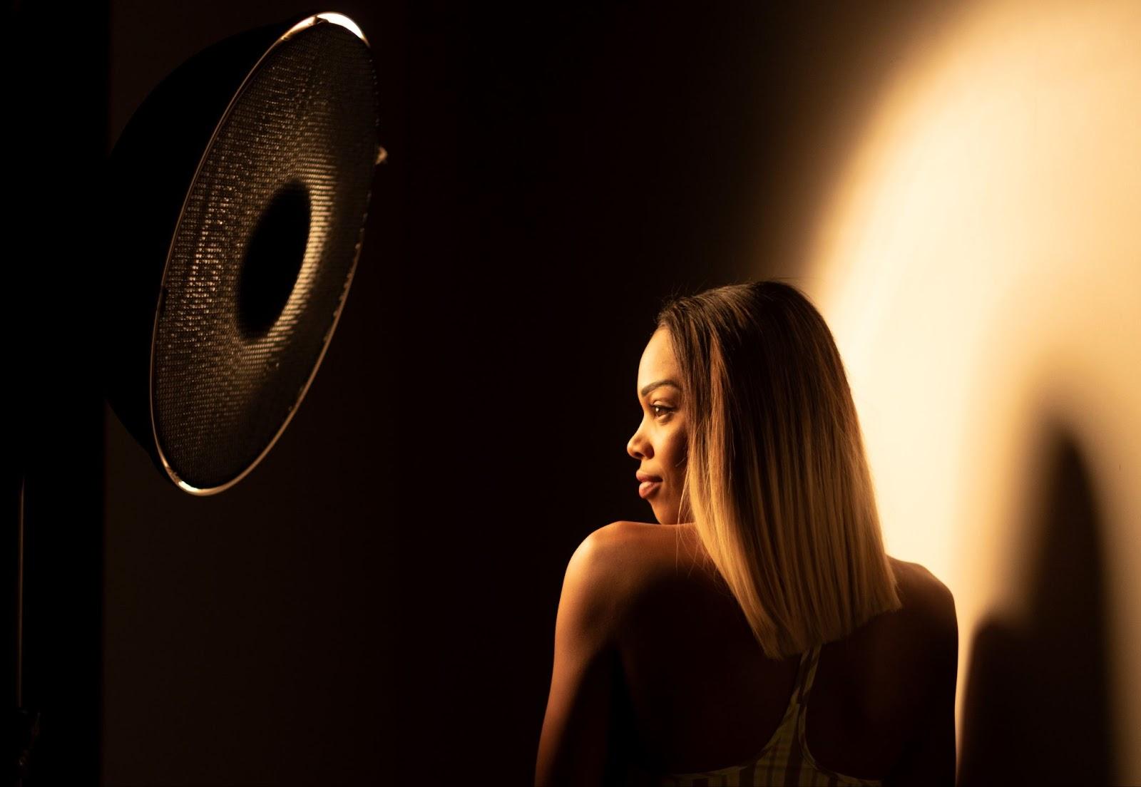 Has un curso de iluminación fotográfica si desconoces cómo sacar provecho al flash de mano