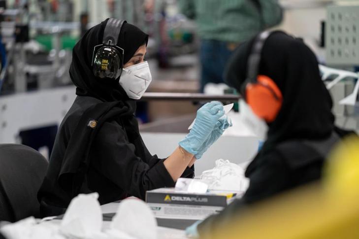 ОАЕ: продавчині працюють у масках