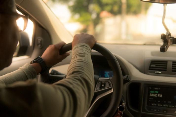 Pessoa dirigindo carro.
