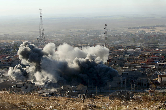 Smoke rises from the site of U.S.-led air strikes in the town of Sinjar, November 12, 2015. Kurdish forces launched an offensive on Thursday to retake the northern Iraqi town of Sinjar from Islamic State militants who overran it more than a year ago, killing and enslaving thousands of its Yazidi residents and triggering U.S.-led air strikes. REUTERS/Ari Jalal FOR EDITORIAL USE ONLY. NO RESALES. NO ARCHIVE. ORG XMIT: BAG504