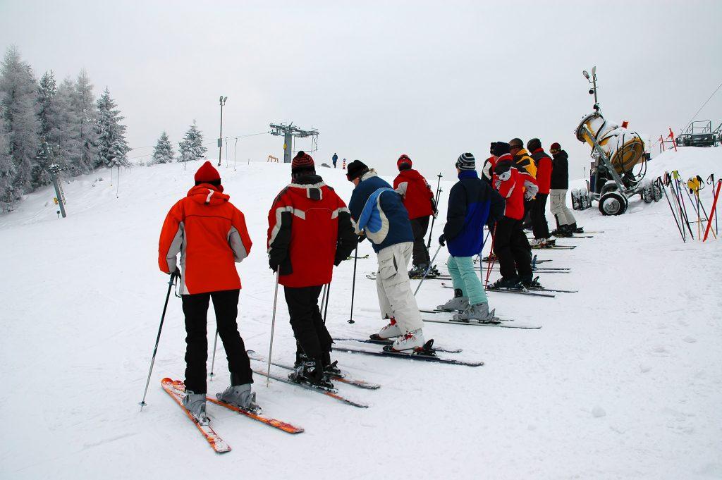 Clase de esquí colectiva de debutantes