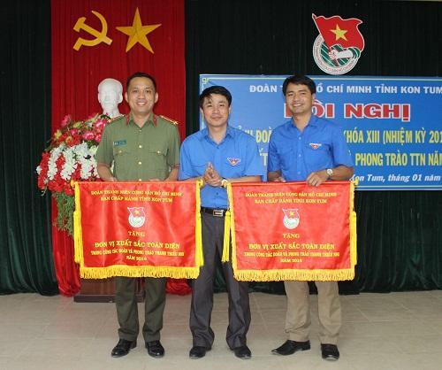 C:UsersAdministratorDownloadsĐồng chí Huỳnh Quốc Huy tặng cờ cho các đơn vị đạt danh hiệu xuất sắc toàn diện trong năm 2016.JPG