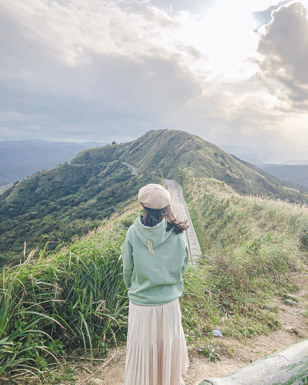 Photo by 楊凱喻 on March 27, 2020. 圖像裡可能有一或多人、大家站著、天空、雲、山、戶外和大自然