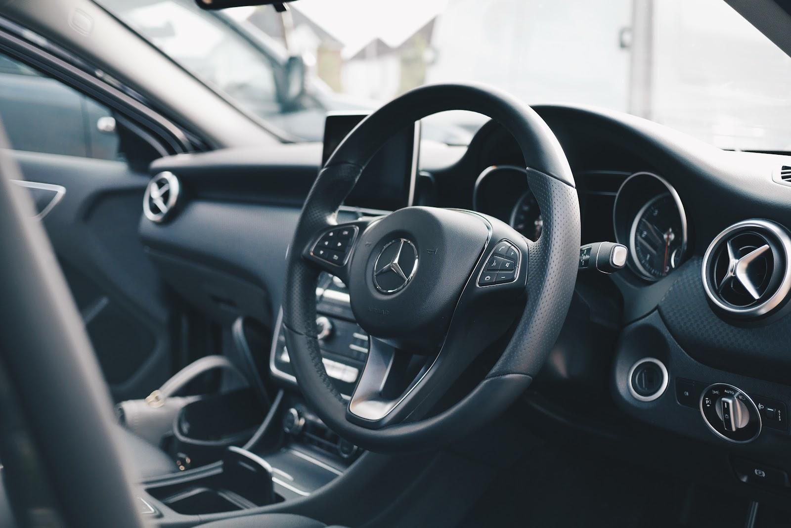 Interior de um carro dentro do limite de ano para Uber e 99.
