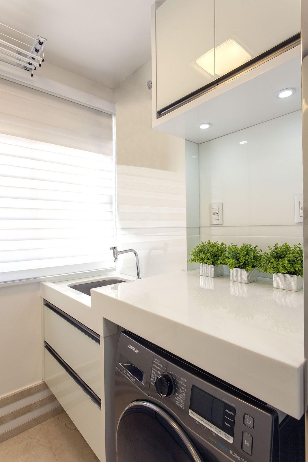 Imagem de uma opção de área de serviços pequena, contendo um tanque, uma máquina de lavar e um armário.