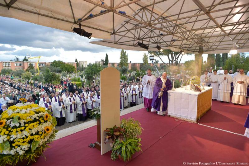 Đức Thánh Cha dâng Lễ cho các tín hữu đã qua đời ngày Lễ Cầu Hồn