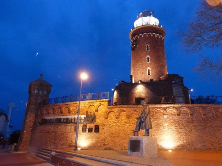 Beeindruckende Kulisse: Kolberger Leuchtturm am Abend (Foto: A. Schwarze)