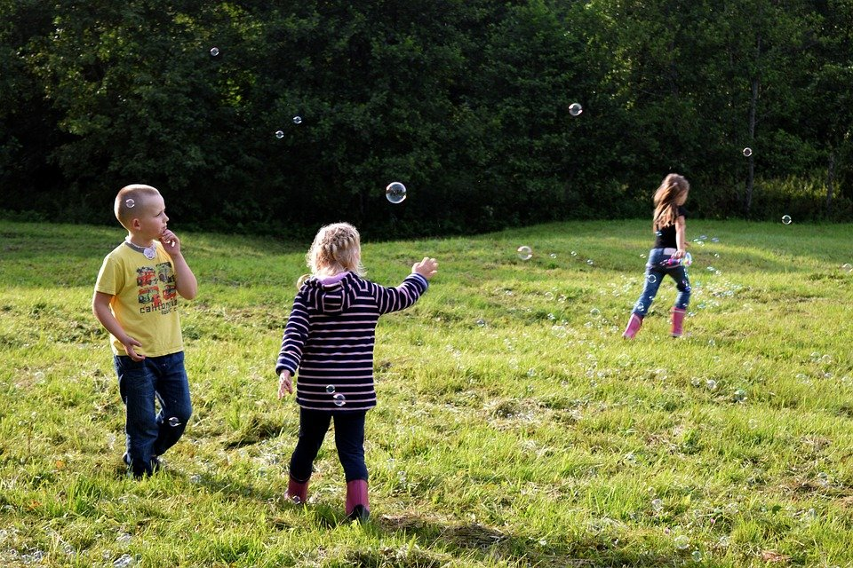 Niños Jugando Pompas De Jabón - Foto gratis en Pixabay