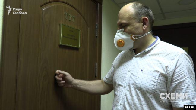 У розпал робочого дня кабінет колеги судді Ємельянова Володимира Поліщука, куди навідались «Схеми», – зачинений