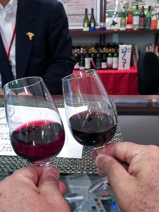 ワインの色合いを見比べる
