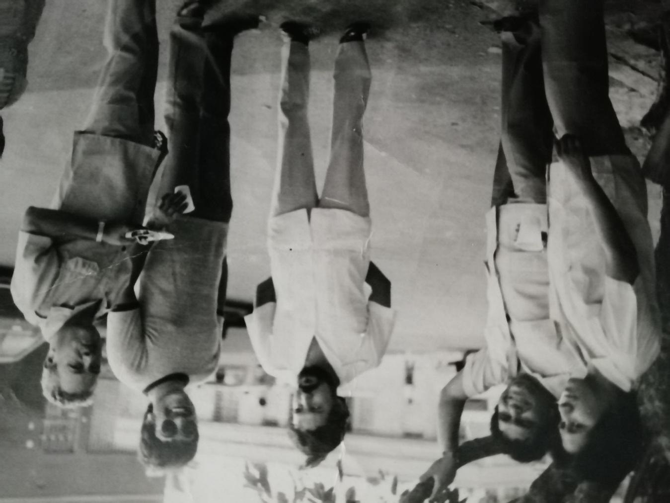 Foto en blanco y negro de un grupo de personas de pie  Descripción generada automáticamente con confianza media