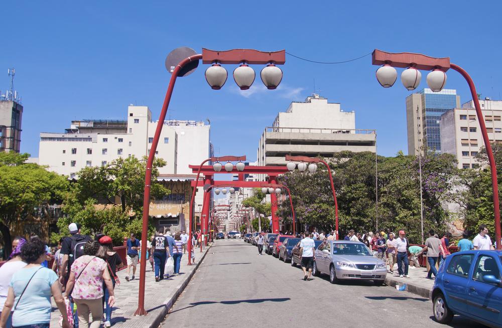 Estrutura urbana ainda privilegia o trânsito de carros em detrimento da circulação de pessoas. (Fonte: Shutterstock)