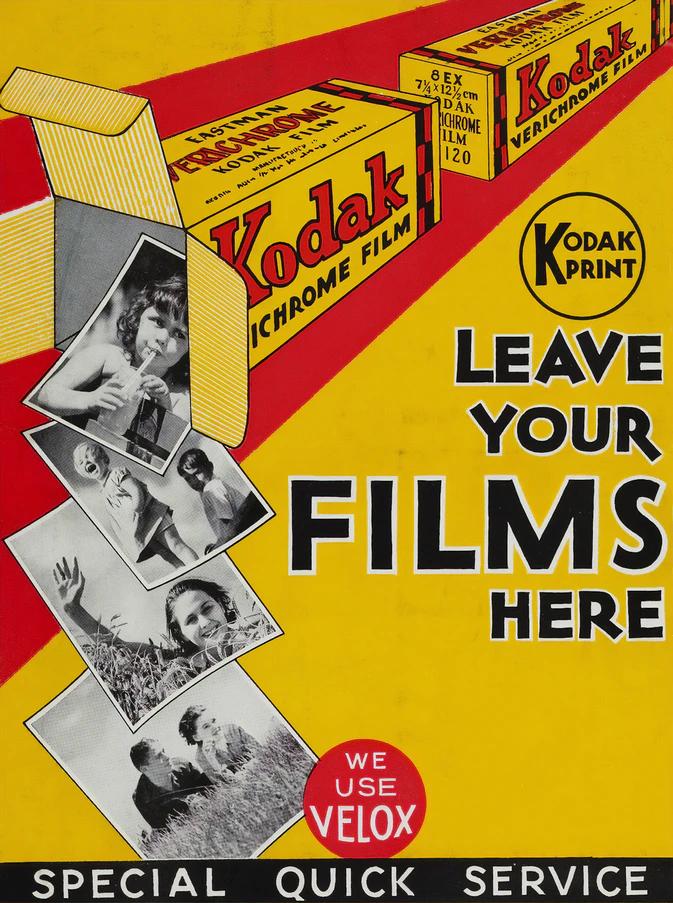 """Propaganda da Kodak com os dizeres """"deixe seus filmes aqui"""", porém em inglês."""