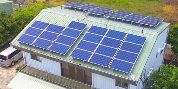 陽光伏特家第一個集資案:臺南擔仔一號。這棟民宅約 45 坪,樓下是牛肉麵攤,屋頂可鋪蓋 44 片太陽能板,如果由屋主獨力負擔,總金額約 80 萬。透過集資案,認購每片太陽能板只要 15600 元,小資族也能參與。圖片來源│陽光伏特家