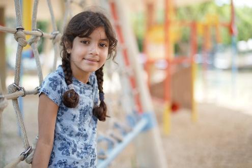 Afbeelding met persoon, buiten, meisje, klein  Automatisch gegenereerde beschrijving