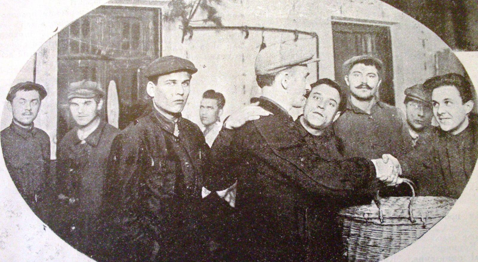 Явно постановочне фото 1927 року: «виправлені» правопорушники виходять на волю з 1-го БУПРу