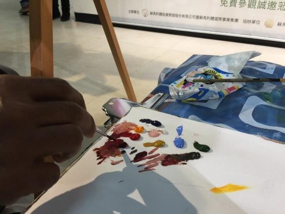 畫家Reydel Espinosa現場作畫。記者徐惠菁/攝影