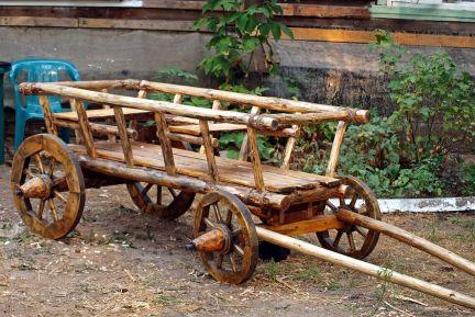Габаритная декоративная телега для сада