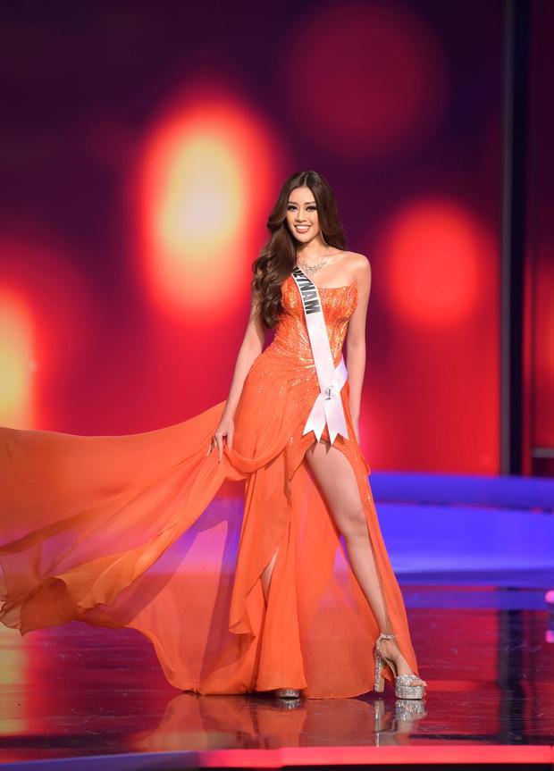 """Bán kết Miss Universe 2020: Khánh Vân trổ tài catwalk cực đỉnh trong váy dạ hội nổi bần bật """"chặt đẹp"""" đối thủ, loạt nàng hậu gặp sự cố! - Ảnh 7."""