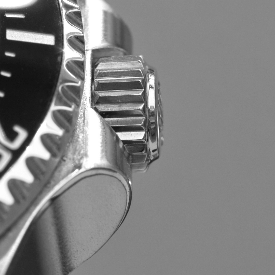 Close up of a screw-down crown with crown guards