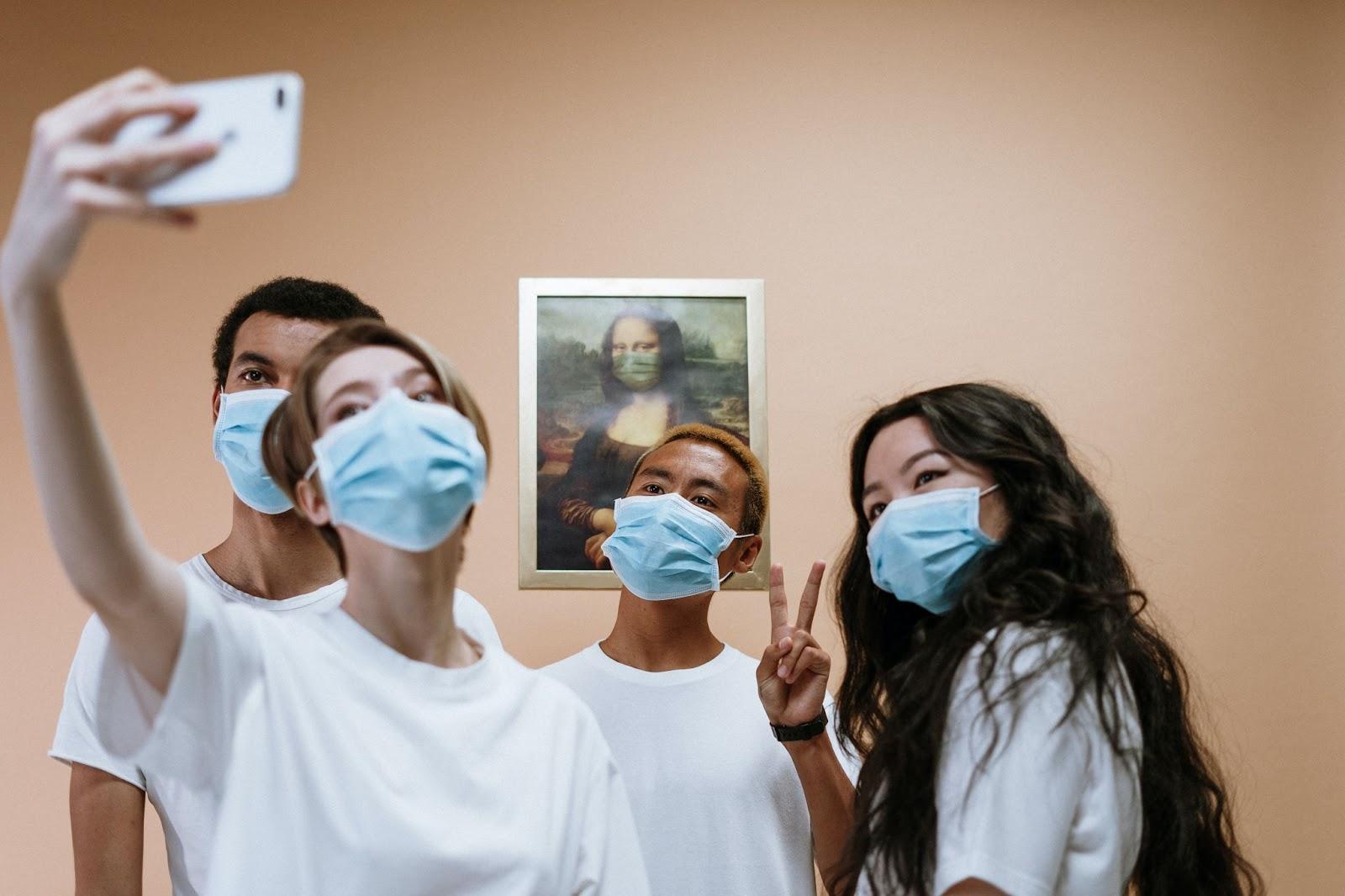 photo d'un groupe d'amis masqué devant la Joconde. Pexel : cottonbro