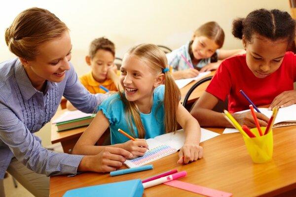 Giáo viên Montessori dạy trẻ những bài học cần thiết