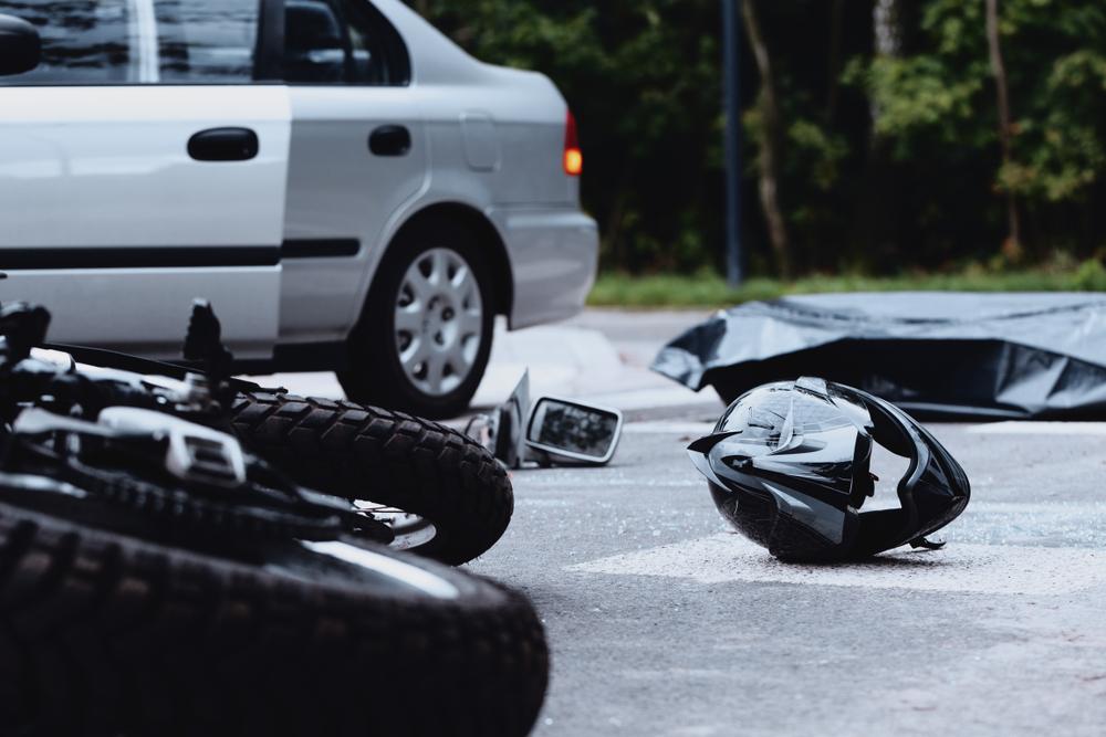 Óbitos em acidentes com motos superaram mortes em ocorrências com carros particulares a partir de 2009. (Fonte: Shutterstock)