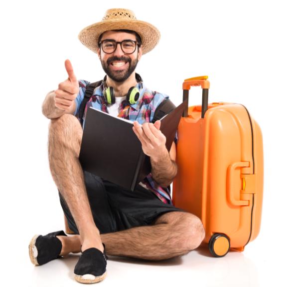 Turista con valijas de viaje de mano