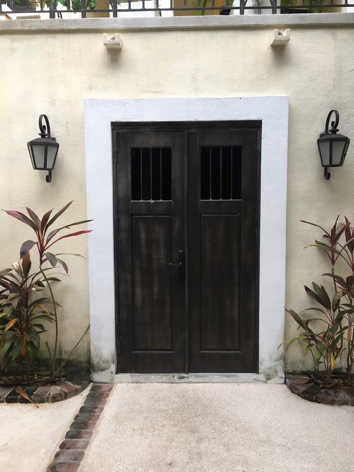 Avenida La Antigua Flats Service Doors