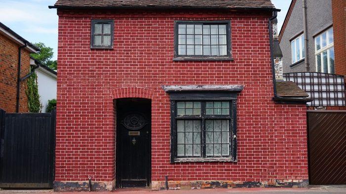 Rumah bata merah dengan gaya klasik