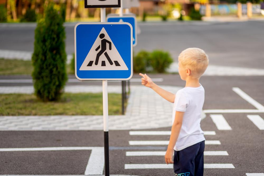 Toda a estrutura urbana, inclusive a sinalização, deve ser pensada para o público infantil. (Fonte: Shutterstock)